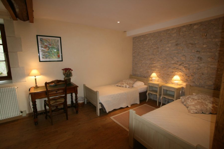 La Bihourderie pechers en fleurs room 2 single beds