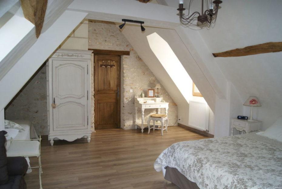 La Bihourderie entrée chambre Les Coquelicots lit armoire bureau mur en pierre