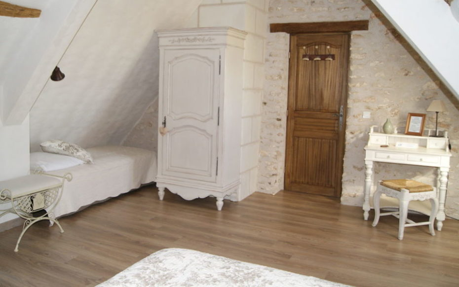 La Bihourderie single bed Coquelicots room wardroom desk