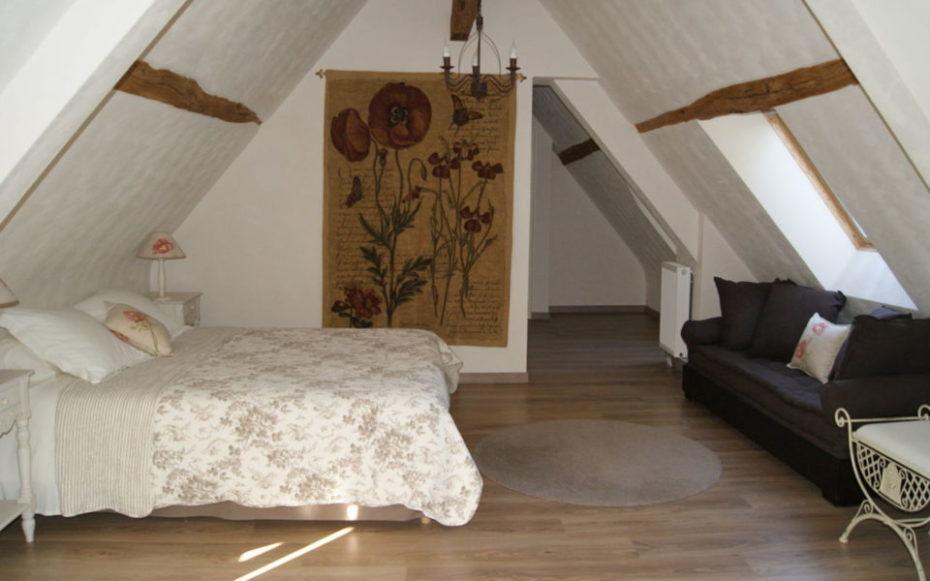La Bihourderie Les Coquelicots bedroom tapestry bed sofa
