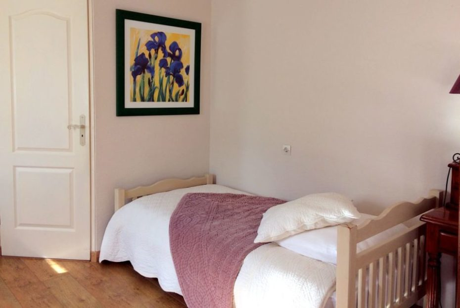 La Bihourderie small bed Les Iris room