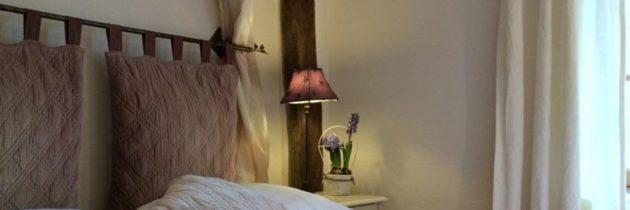 La Bihourderie tête de lit chambre Les Iris coussin violet