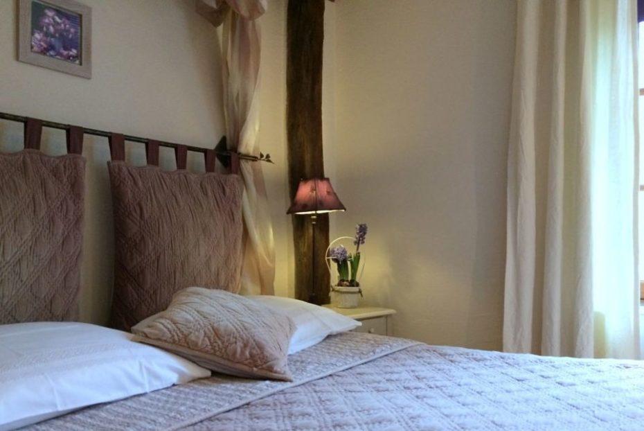 La Bihourderie Bedhead Les Iris room lilac cushion
