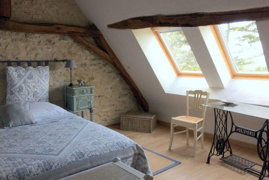 La Bihourderie bureau chambre Les Tournesols lit mur en pierre chaise