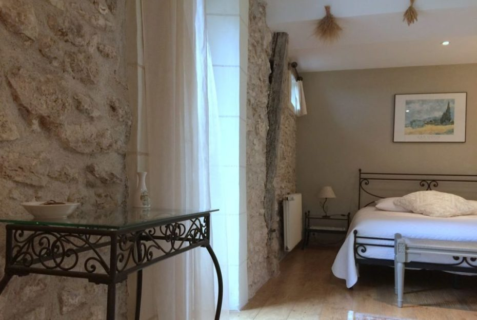La Bihourderie chambre Les Blés Jaunes lit murs en pierre lampes